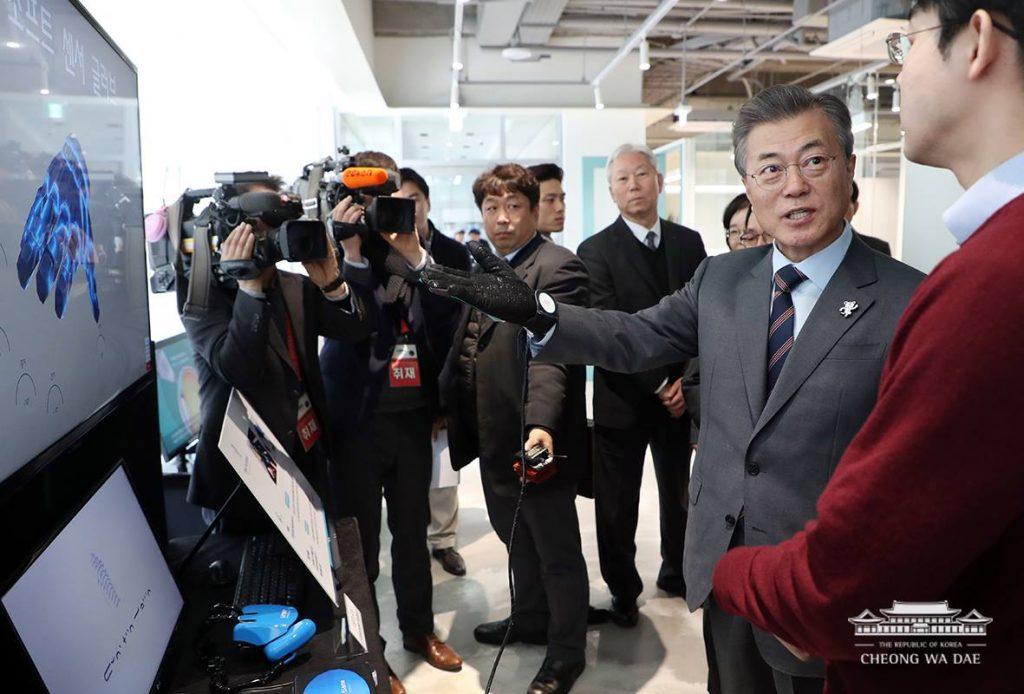문재인 대통령이 필더세임의 소프트센서글러브를 착용하고 있다. | 사진: 청와대