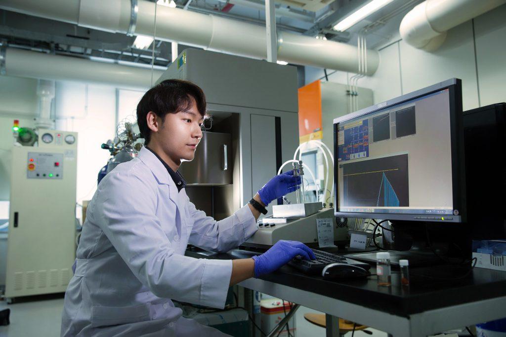 김석진 연구원이 3D-CON 같은 초미세 유기구조체의 기체 흡착률을 살피고 있다. | 사진: 김경채