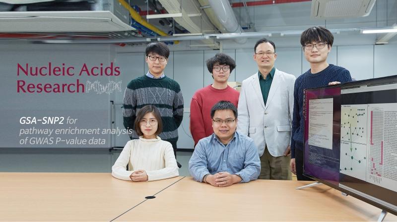 통계적 예측력을 월등하게 높인 새로운 알고리즘을 개발한 남덕우 생명과학부 교수팀이 연구실에서 포즈를 취했다. | 사진: 김경채
