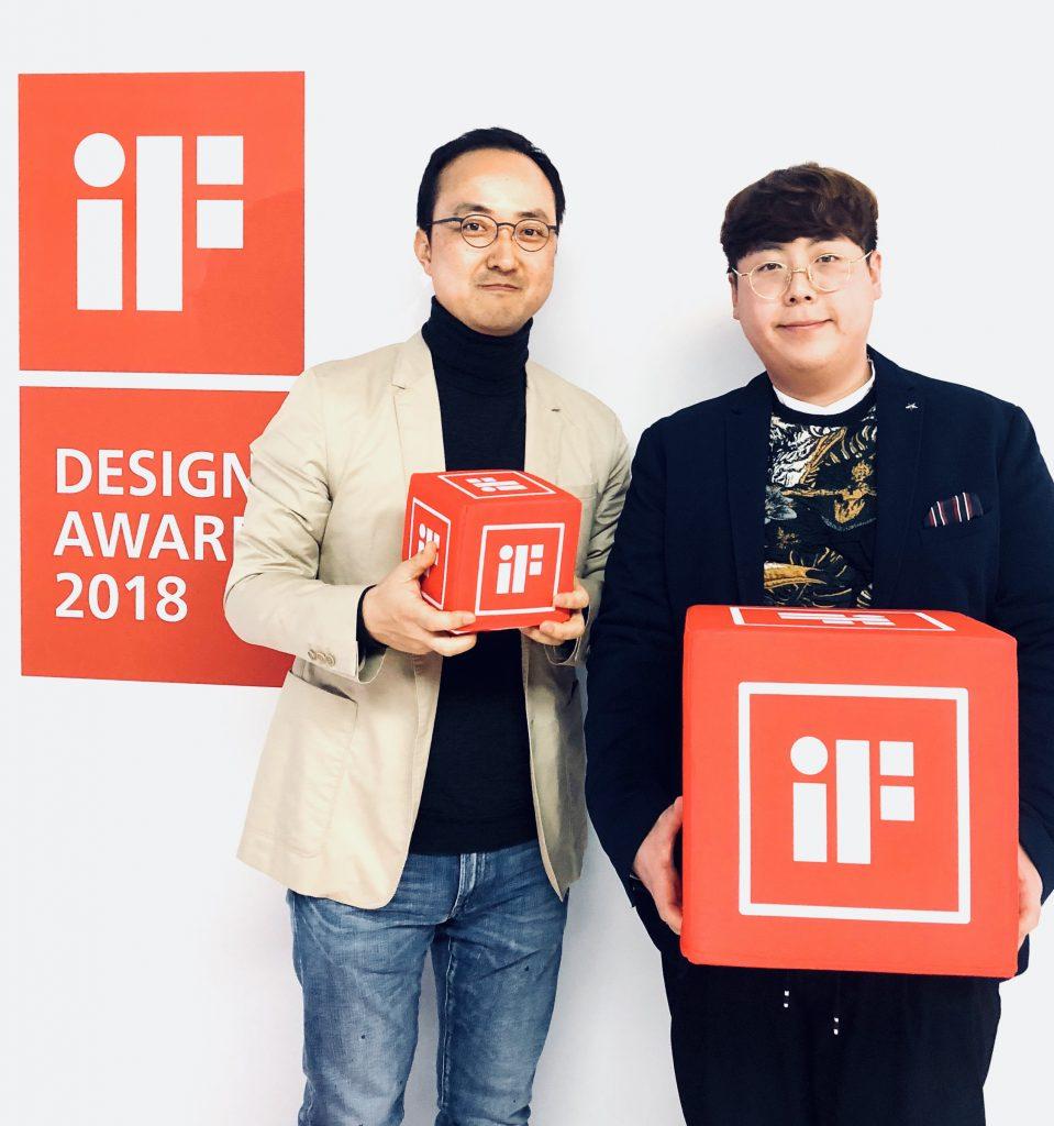 독일 뮌헨 iF 디자인 어워드 시상식에 참석한 김차중 교수(좌), 조광민 대학원생(우) | 사진: 김차중 교수 제공