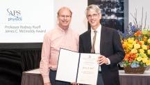 로드니 루오프 자연과학부 특훈교수가 '제임스 맥그로디상(James C. McGroddy Award)'을 받았다. 왼쪽부터 루오프 교수와 로저 팔콘 미국물리학회장(UC버클리 교수)의 모습.   사진: 로드니 루오프 특훈교수 제공