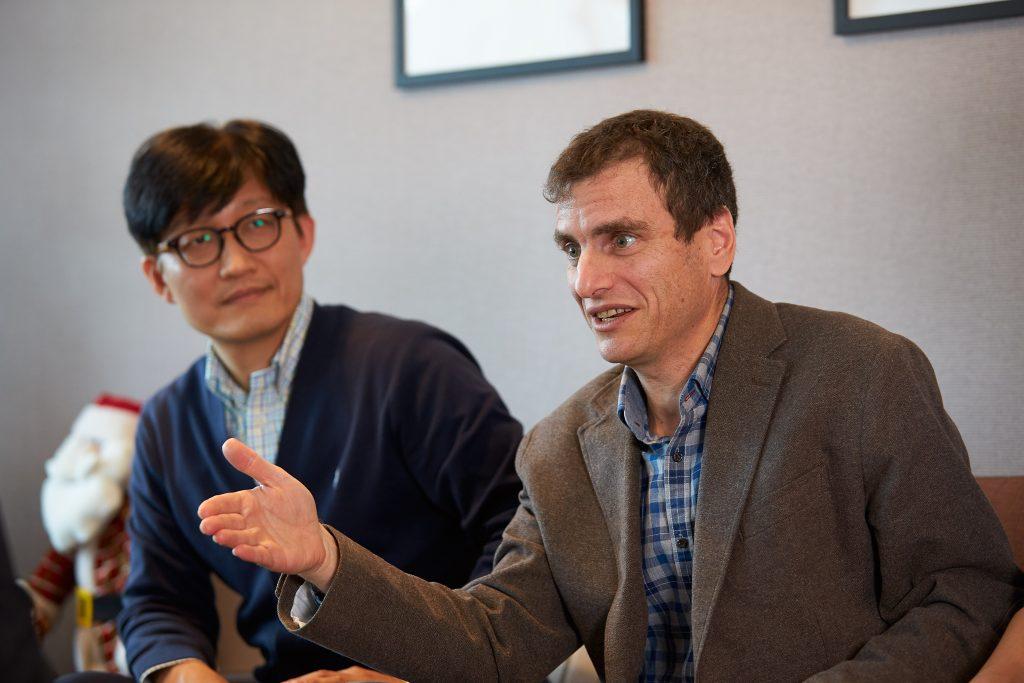 연구에 대해 설명하고 있는 타타르 교수(오른쪽)와 정창국 교수(왼쪽) | 사진: 김경채