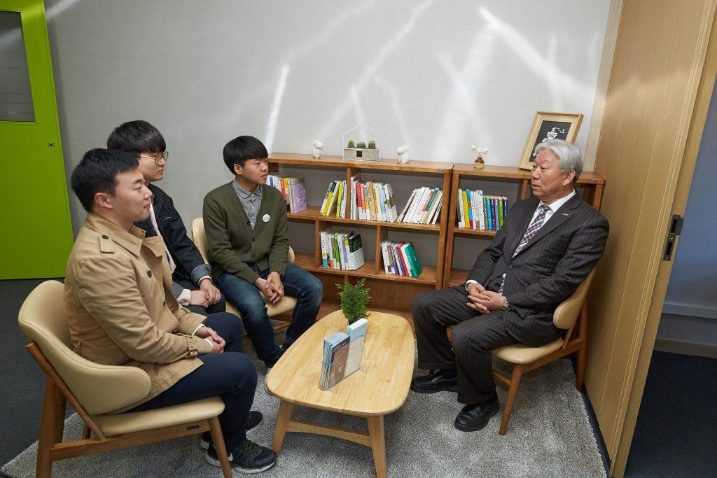 정무영 총장과 학생들이 인권센터에서 이야기를 나누고 있다. | 사진: 김경채