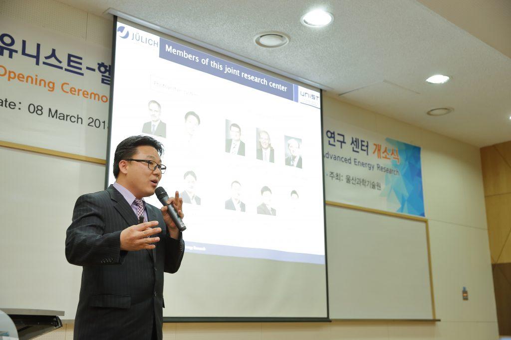 주관 연구책임자인 UNIST 조욱 교수가 연구센터에 대해 설명하고 있다. | 사진: 김경채
