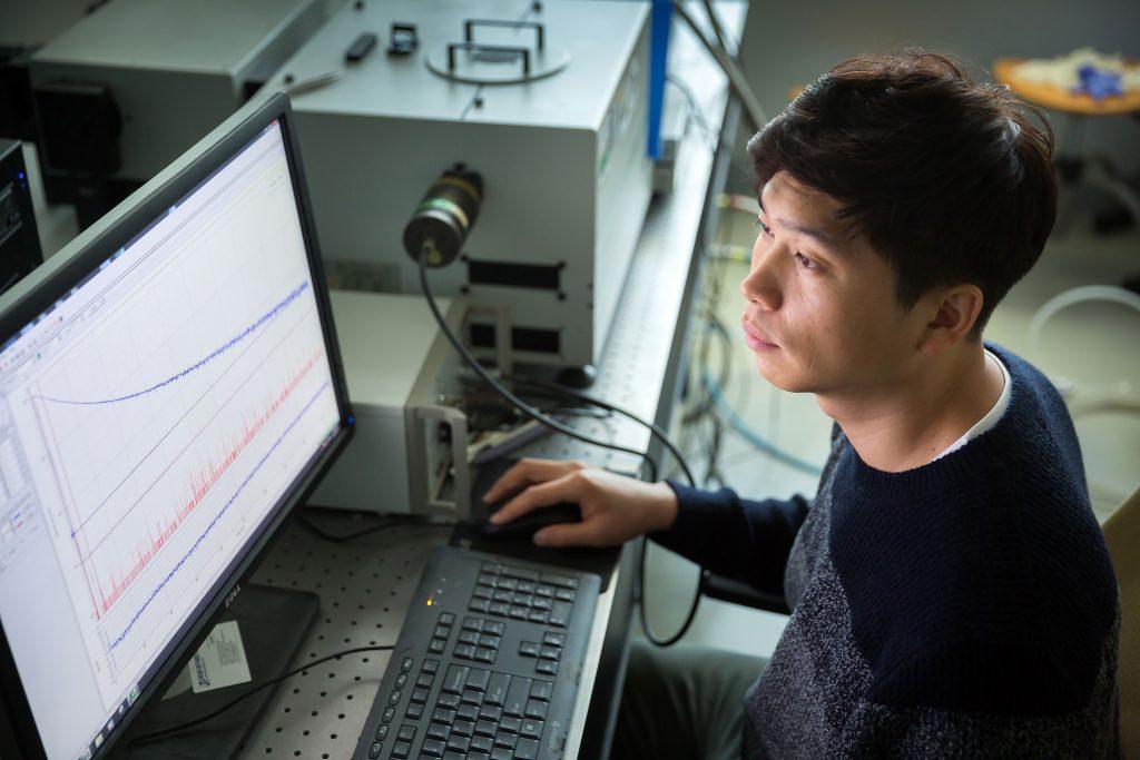 이보람 교수는 자신이 연구하는 빛나는 전자소자들이 사람들의 생활을 윤택하게 만들어줄 날을 꿈꾸며 연구에 매진하고 있다. | 사진: 안홍범