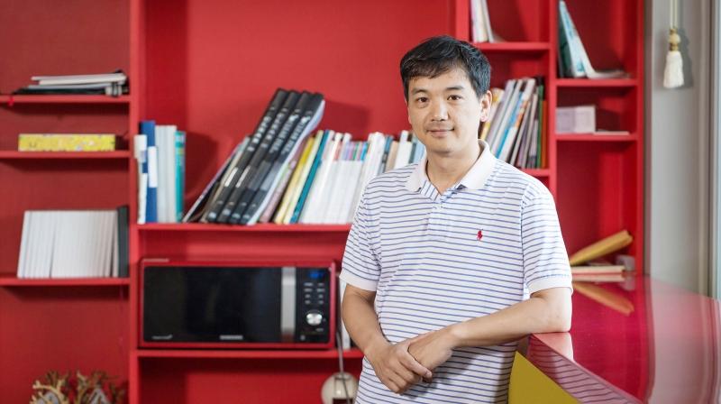 김성필 디자인 및 인간공학부 교수가 제2공학관(104동) 9층에 마련된 라운지에서 인터뷰하고 있다. | 사진: 김경채