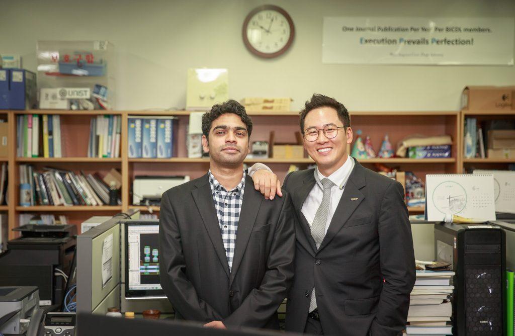 오루간티 박사의 지도교수인 변영재 교수와 함께 기념 촬영을 했다. 두 사람은 아버지의 이름의 앞 글자를 따서 기술을 사업화할 회사를 차렸다. | 사진: 김경채