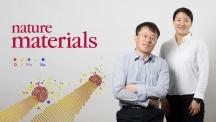 VLS(기상-액상-고상) 합성법으로 이황화몰리브덴(MoS₂) 나노 리본을 만든 UNIST 연구진. 왼쪽부터 펑 딩(Feng Ding) 교수와 웬 자오(Wen Zhao) 박사. | 사진: 김경채