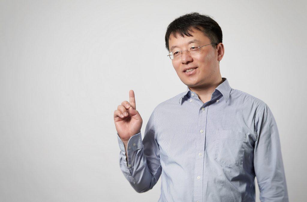 펑 딩(Feng Ding) 교수는 이번 연구에서 분자 동역학 시뮬레이션을 맡아 이황화몰리브덴 나노 리본의 형성 메커니즘을 밝혀냈다. | 사진: 김경채