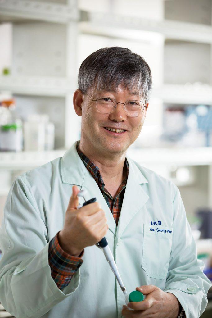 권혁무 교수가 실험실에서 피펫을 손에 들고 사진을 촬영했다. | 사진: 안홍범