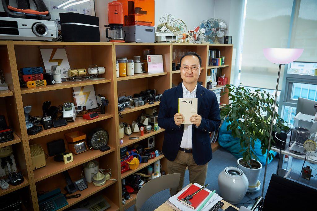 김차중 교수의 연구실에는 1980년대 가전제품을 비롯한 각종 사물들이 수집, 전시돼 있다. 작은 박물관을 연상케하는 공간에서 김차중 교수가 새 책을 들고 웃고 있다. | 사진: 김경채