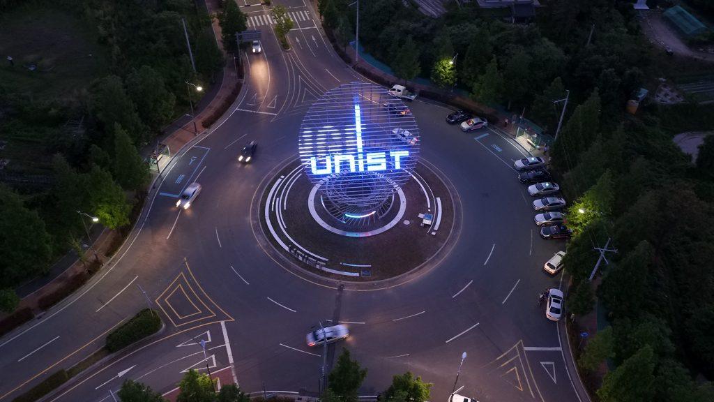 상징조형물은 학교의 비전, UI, 연구 등을 미디어아트로 표현한다. | 사진: 김경채