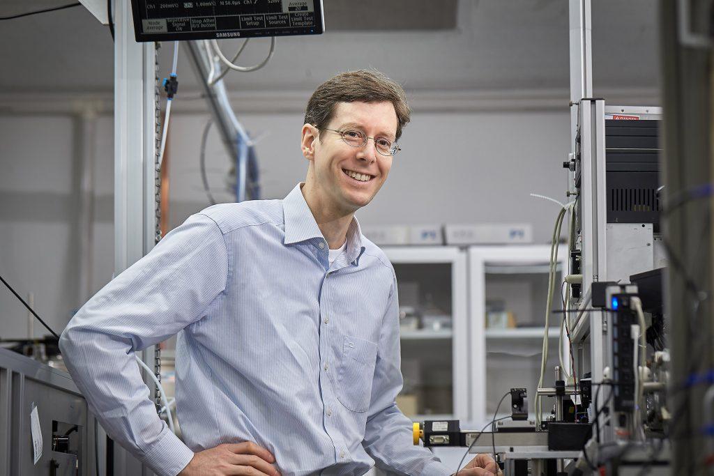 화학을 전공한 슐츠 교수는 분자의 구조를 비롯한 각종 측정의 번거로움을 덜기 위해 스스로 새로운 장비를 개발했다. 2011년 사이언스에 발표한 CRASY 장비를 UNIST로 가져와 성능을 높이는 후속연구를 진행했다. | 사진: 김경채