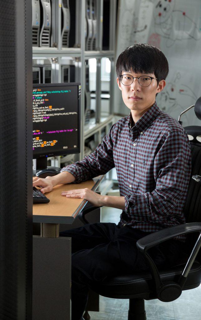 원자로물리 분야를 연구하는 최수영 박사의 연구실에는 컴퓨터가 가득하다. 직접 노심에 들어갈 수 없기 때문에 코드를 짜서 시뮬레이션 연구를 한다. | 사진: 안홍범