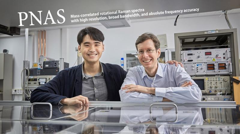 분자 연구를 위한 새로운 레이저 측정기술을 개발한 UNIST 연구진. 왼쪽부터 이종찬 연구원과 토마스 슐츠 교수. | 사진: 김경채