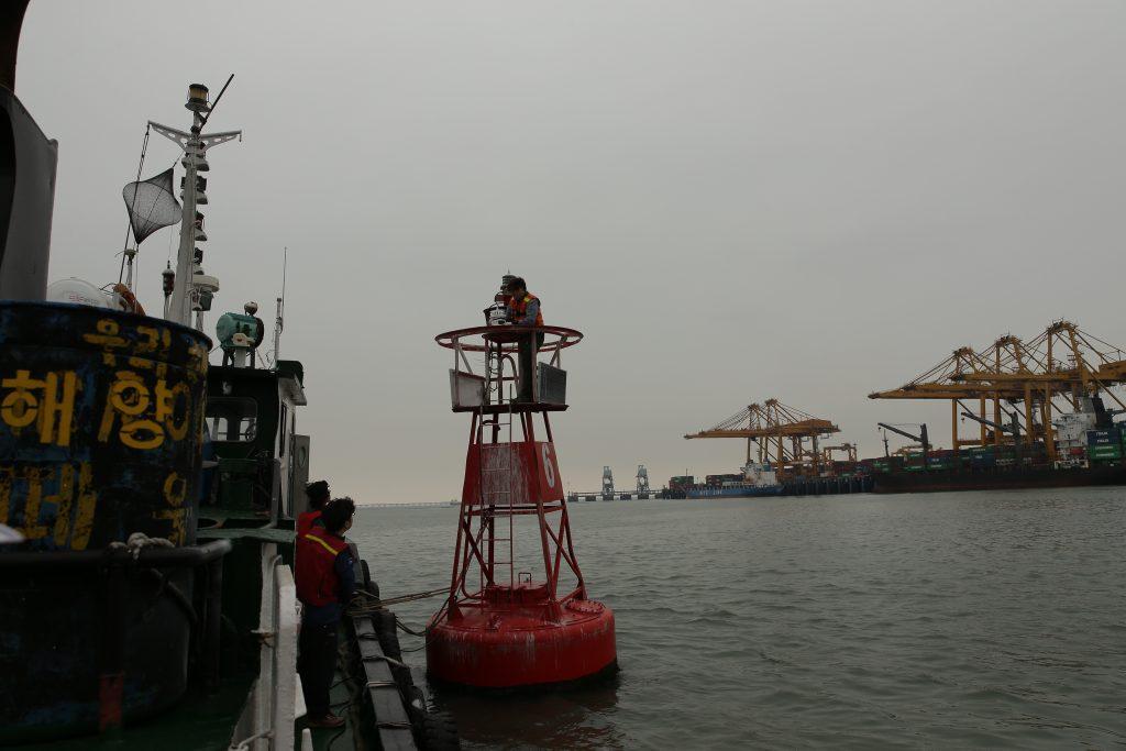 연구진은 18일(금) 인천에서 진행된 실증실험에서 해수전지를 이용해 바다 위 등명기를 밝히는데 성공했다. | 사진: 김경채