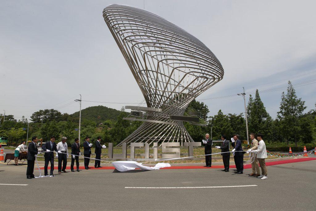25일(금) 오전에 상징조형물 제막행사가 진행됐다. | 사진: 김경채