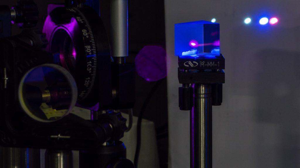 4차 하모닉 제너레이션(fourth Harmonic Generation). 800나노미터의 레이저 파장을 200나노미터로 바꿔 분자를 이온화시킨다. 이온화된 분자는 전기장의 영향을 받아 움직이는데 이때 질량에 따라 속도가 달라진다. 이 점을 이용하면 질량 분석도 진행할 수 있다. | 사진: 토마스 슐츠 교수팀