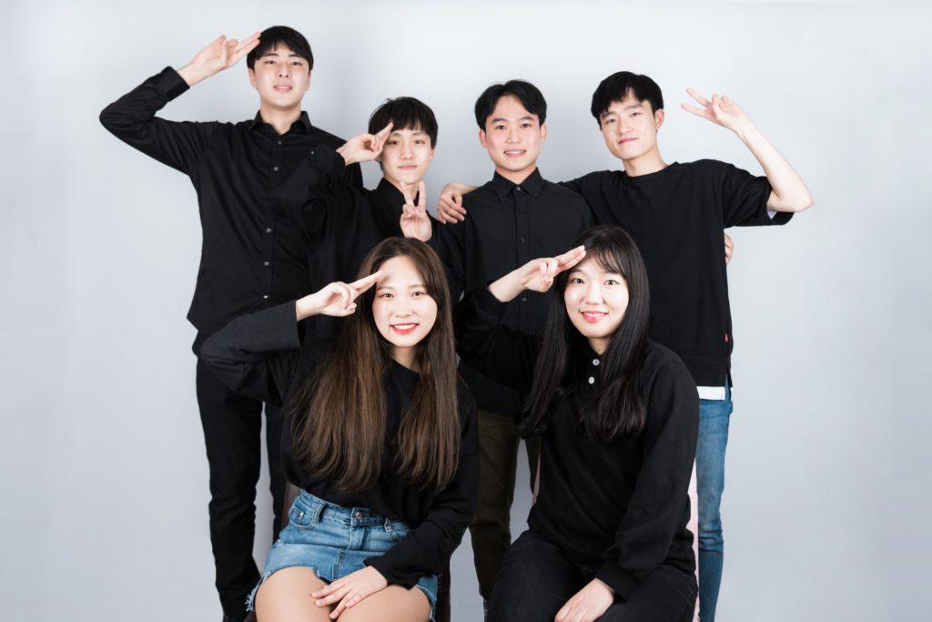 이번 연극의 출연진 모습. 위 왼쪽부터 황원준, 김준목, 이승재, 심현기, 아래 왼쪽부터 박혜림, 김희 학생
