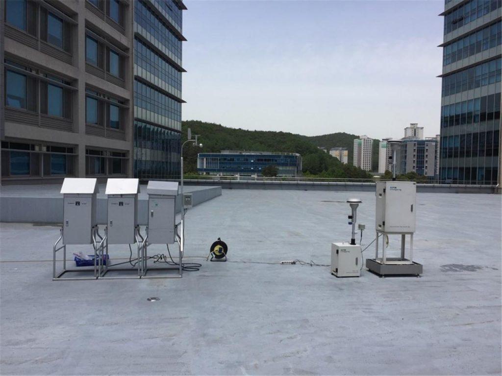 UNIST에 설치한 대기시료 채취 장비. 대기시료 채취 장비를 이용해 미세먼지를 포집하는 장면이다.