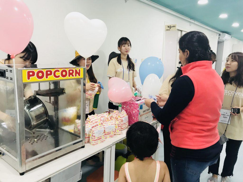 어린이집에서 마련한 팝콘과 풍선 판매 부스