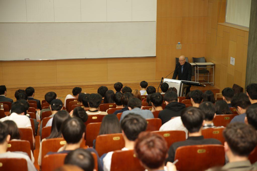 학술정보관 104호에서 '한국의 미디어 현황'을 주제로 특강이 진행됐다. | 사진: 김경채