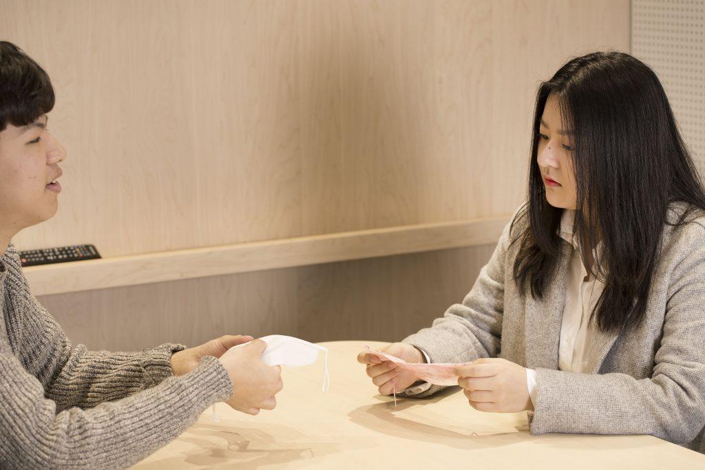 제품 관련 회의를 진행하고 있는 퓨리메디 팀원들. | 사진: 김경채