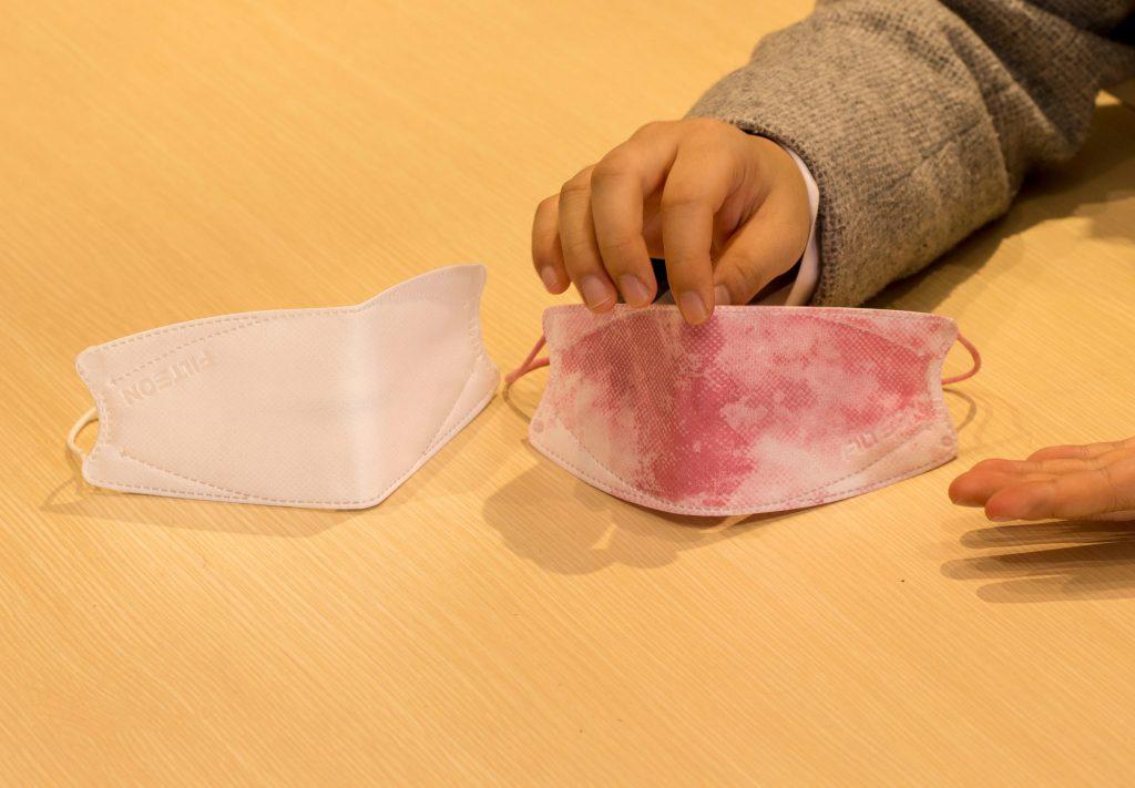 퓨리메디는 마스크에 농약이 묻으면 색이 변하는 방식의 검출용지를 개발하고 있다. | 사진: 김경채