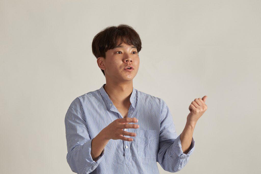 김성준 학생은 UNIST에서 대기 시료에서 각종 유해오염물질을 뽑아내 분석하는 방법을 익혔다. 김성준 학생이 시료 전처리 과정에 대해 설명하는 장면. | 사진: 김경채