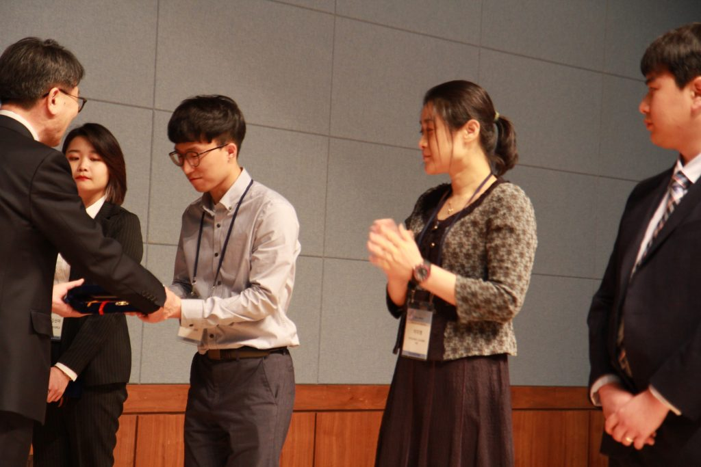 전동호 대학원생(왼쪽 두번째)는 설탕을 이용한 새로운 플라이애시 결합재 관련 연구로 수상의 영광을 안았다. | 사진: 한국콘크리트학회 제공