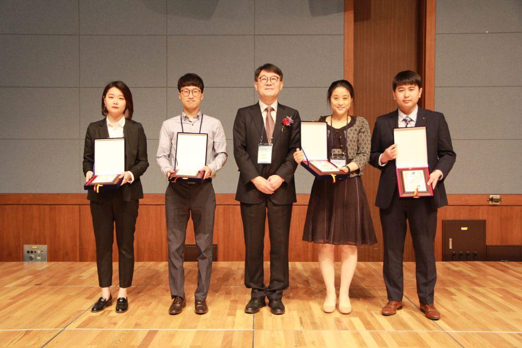 전동호 대학원생(왼쪽 두번째)이 지난 5월 진행된 한국콘크리트학회에서 우수발표 논문상을 수상했다. | 사진: 한국콘크리트학회 제공