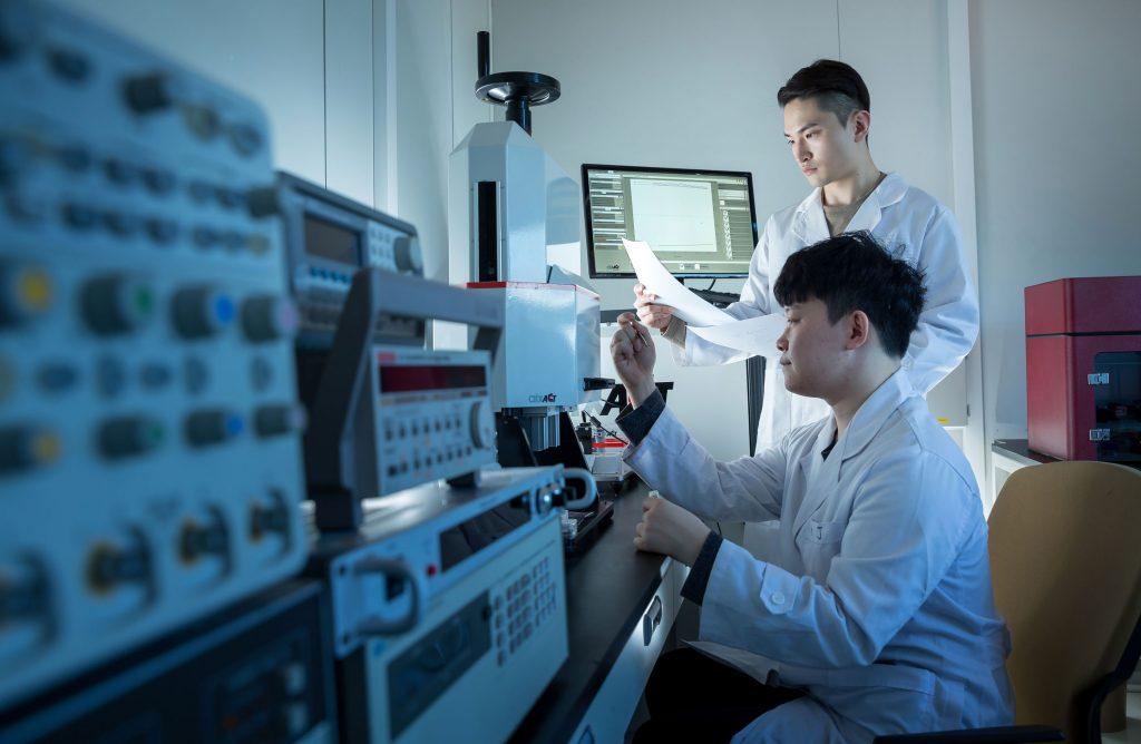 실험실에는 세라믹의 전기적 특성을 측정하는 장비가 설치돼있다. | 사진: 안홍범