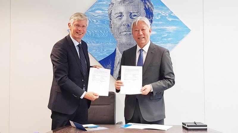정무영 UNIST 총장(오른쪽)과 프랑크 바이옌(Frank Baaijens) 에인트호번 공대 총장은 13일(수) 네덜런드 에인트호번 공대에서 MOU를 체결했다. | 사진: 방기훈