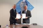 정무영-UNIST-총장오른쪽과-프랑크-바이옌Frank-Baaijens-에인트호번-공대-총장은-13일수-네덜런드-에인트호번-공대에서-MOU를-체결했다.jpg
