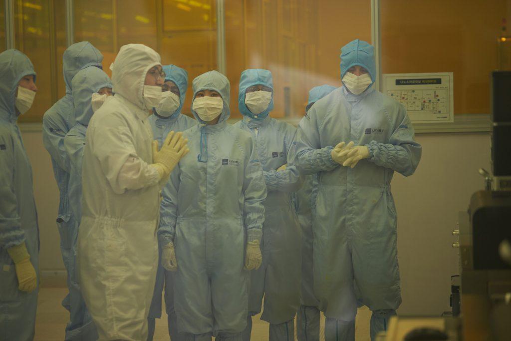 학생들이 UNIST 나노소자공정실을 방문한 모습. | 사진: 김경채