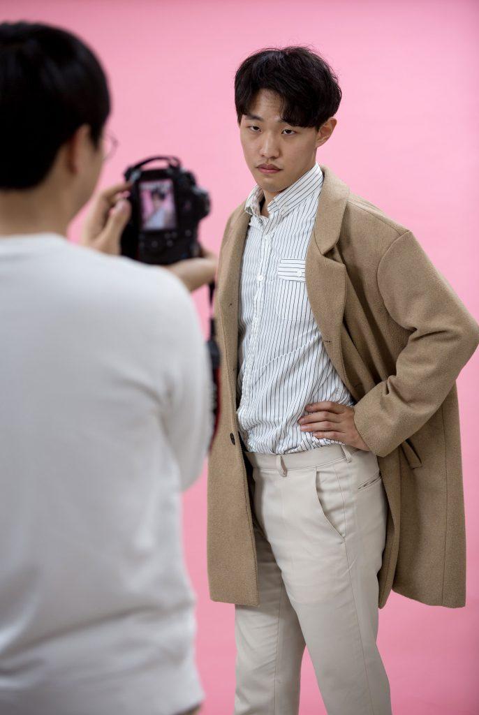 김태윤 학생이 모델로 포즈를 취하고 있다. | 사진: 안홍범