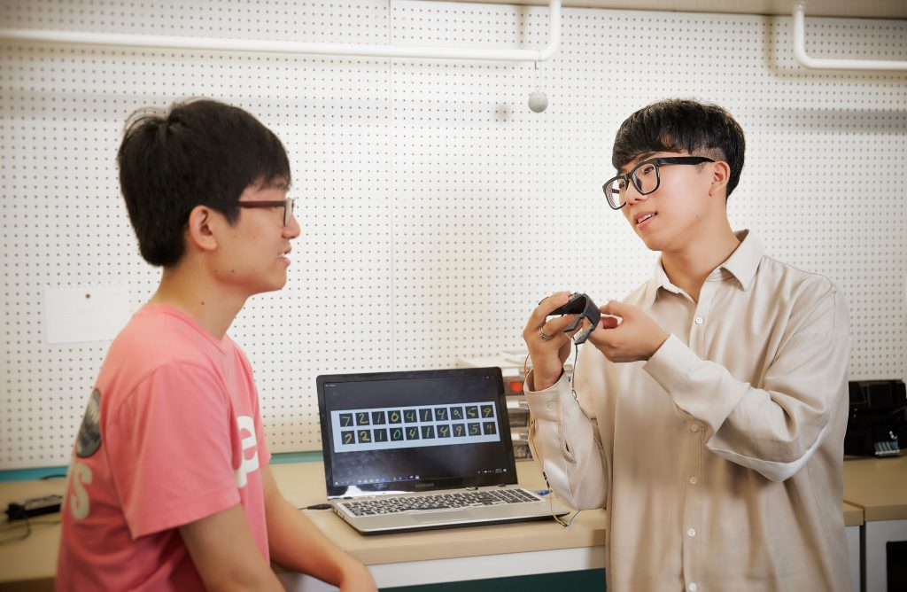 구주원 대표와 김동은 학생(기초과정부 18)이 음성변환 시스템 구축에 대해 이야기를 나누고 있다. | 사진: 김경채