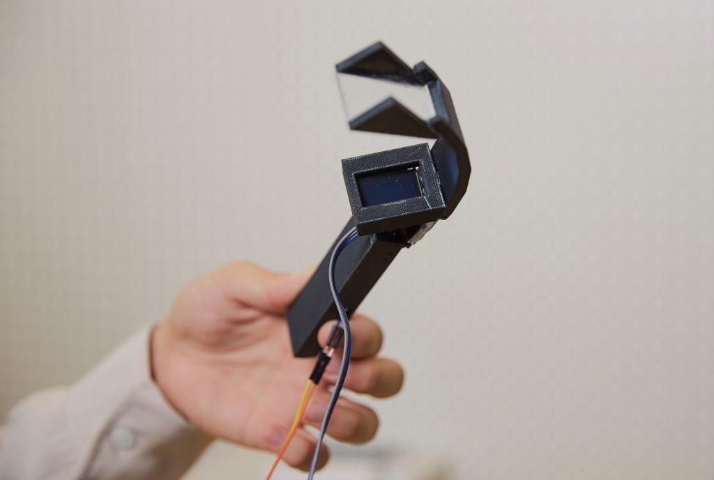현재 개발을 진행 중인 통신장비의 데모 버전. 작은 빔 프로젝터를 이용해 보호구 앞 유리에 글자를 표시하는 형식이다. | 사진: 김경채