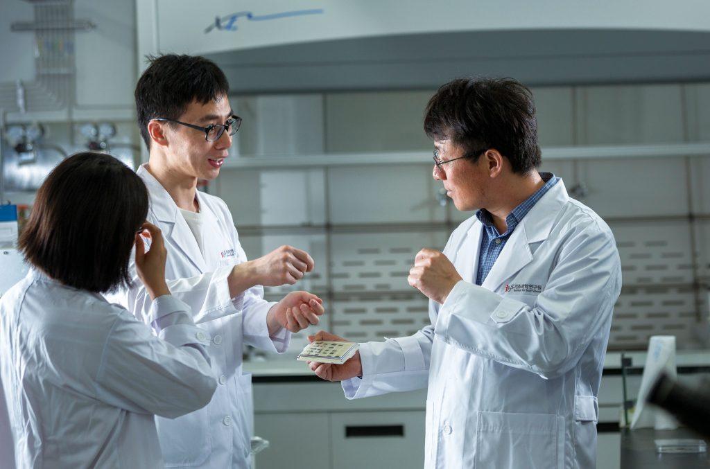 샤오 왕 박사(왼쪽)와 펑 딩 교수(오른쪽)가 시뮬레이션 실험에 대해 의논 중이다. | 사진: 안홍범