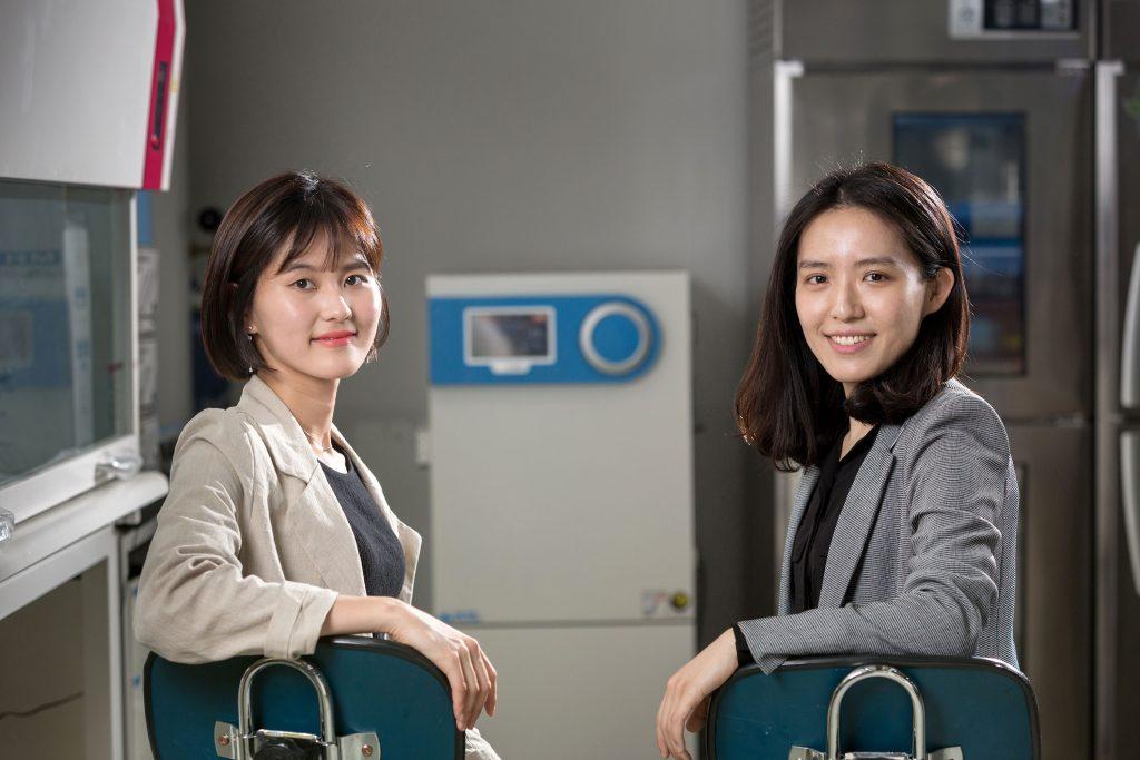 소프트로봇을 연구하는 김지윤 교수(오른쪽)와 송현서 학생(왼쪽)의 이야기는 여성과학자의 연구를 주제로한 언론 인터뷰에도 소개됐다. | 사진: 안홍범