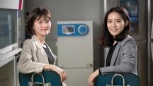 소프트 로봇 연구를 진행하는 여성과학자, 김지윤 신소재공학부 교수(왼쪽)와 그녀의 제자, 송현서 학생의 모습. | 사진: 안홍범
