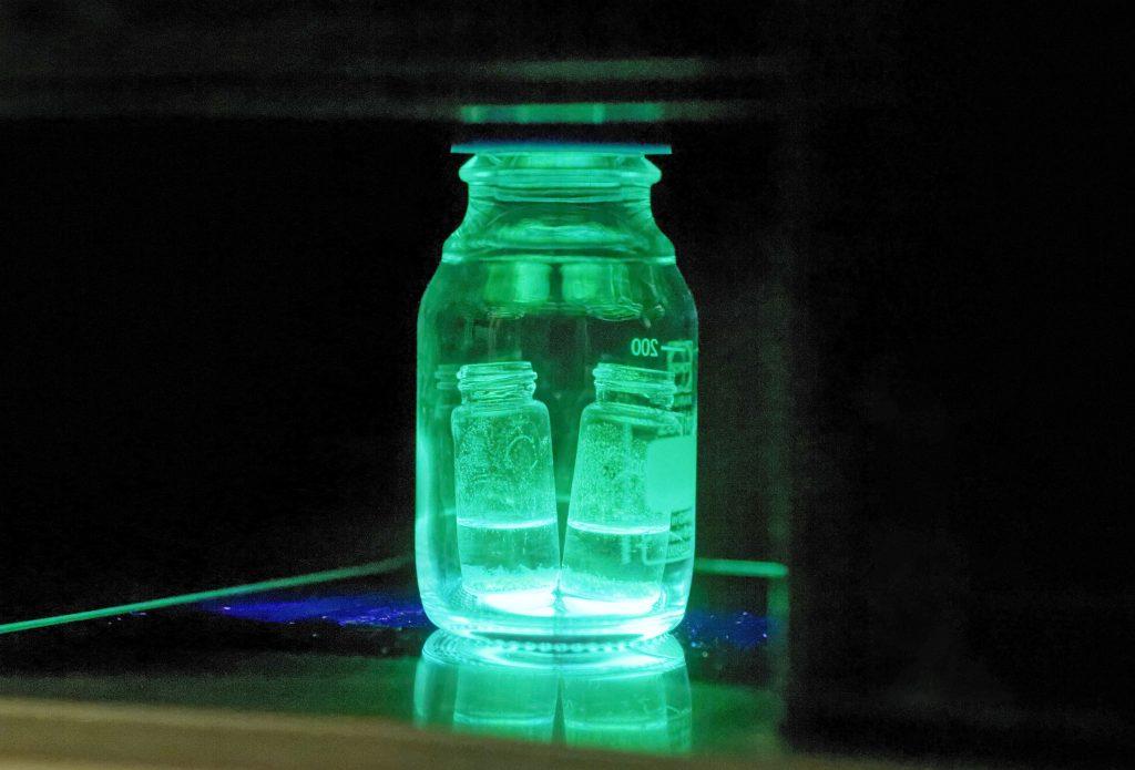 2017년 9월부터 물에 담겨 있는 내수성 페로브스카이트 물질의 모습. 발광 특성이 여전히 살아 있다. | 사진: 김경채