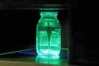 사진-내수성-페로브스카이트의-모습_물속에-담가도-자외선을-쪼이면-발광하는-특성을-유지한다.jpg
