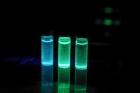 사진-물속에서-안정한-페로브스카이트-물질의-모습_파란색은-염소Cl이-초록색은-브롬Br이-들어있는-페로브스카이트다.jpg