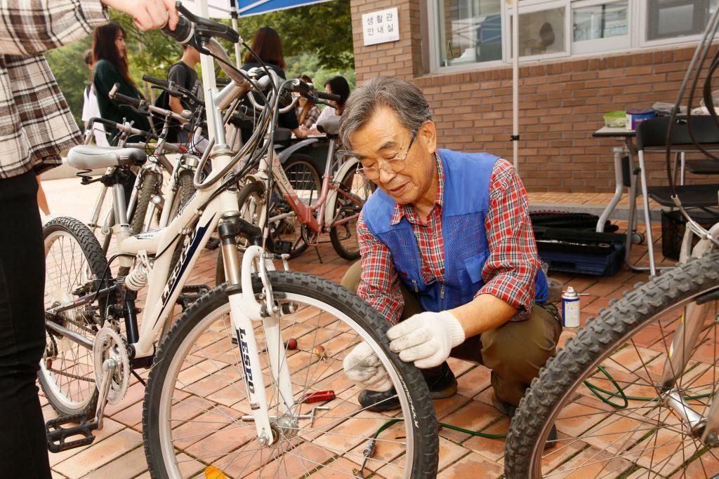 학생들은 매주 수요일 자전거 수리 서비스를 제공받게 된다. | 사진: 김경채