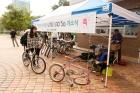 사진-학생들이-자전거-수리를-위해-기다리고-있는-모습.jpg