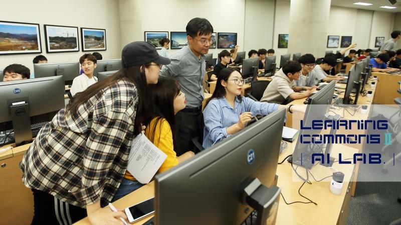 UNIST에 인공지능 학습역량을 강화할 AI Lab이 개소했다. 오창주 조교(가운데 회색옷)가 학생들에게 인공지능 프로그래밍을 지도하고 있다. | 사진: 김경채
