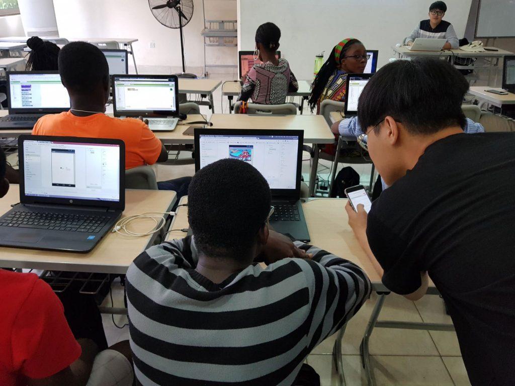 KNUST에서 ICT 교육이 진행됐다. 학생들은 어플리케이션 제작, 아두이노 활용법에 대해 수업을 진행했다. | 사진: 국제협력센터