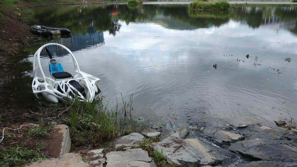 가막못에 떠오른 3D 프린팅 전기보트의 모습 | 사진: 박태진