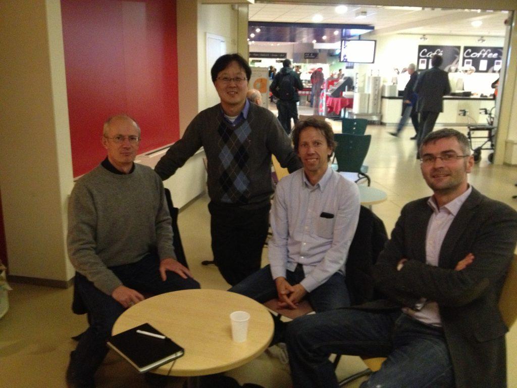 정모세 교수(뒷줄 서 있는 사람)와 AWAKE 공동연구팀이 CERN 식당에서 기념 사진을 찍었다. |사진: 정모세 제공